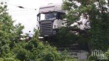 УЖАС: Шофьорът на тира, паднал върху жп релси, изгорял жив