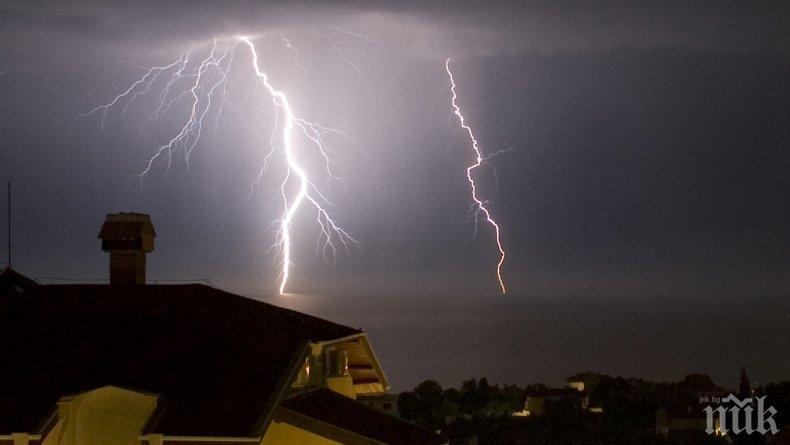 БУРЯ В СОФИЯ! Проливен дъжд с гръмотевици и светкавици се излива над някои райони на столицата