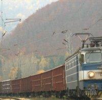 НА КОСЪМ: Изхвърлен от цигани стар диван едва не обърна товарен влак край Розино