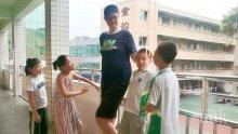 За Гинес: 14-годишен китаец е висок 221 сантиметра и продължава да расте (ВИДЕО)