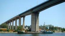 ИЗВЪНРЕДНО: Камион падна от Аспаруховия мост