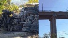 Загинал е водачът на камиона, който падна от Аспаруховия мост (СНИМКИ)