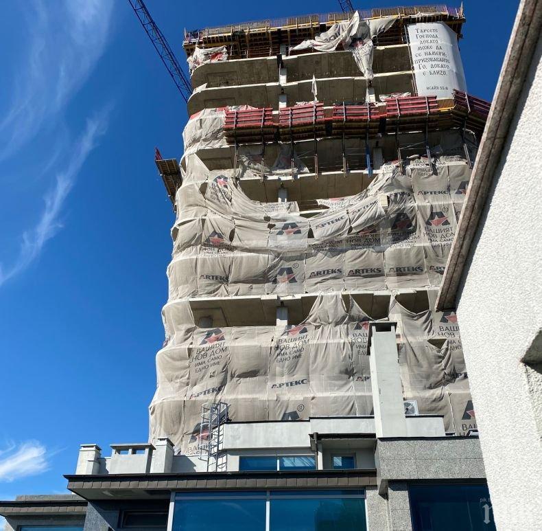 """Отмъщението на """"Артекс"""" с висящите парцали на сградата """"Златен век"""""""