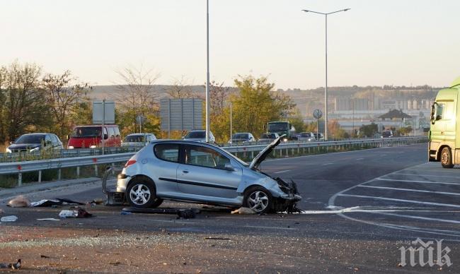 Кола се размаза в мантинела на пътя Хасково - Димитровград, шофьорът е в болница (СНИМКИ)