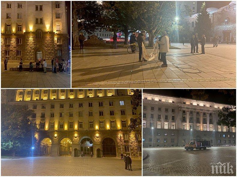 """Празен площад, но телевизиите броят 110 ден на """"протеста"""" (СНИМКИ)"""