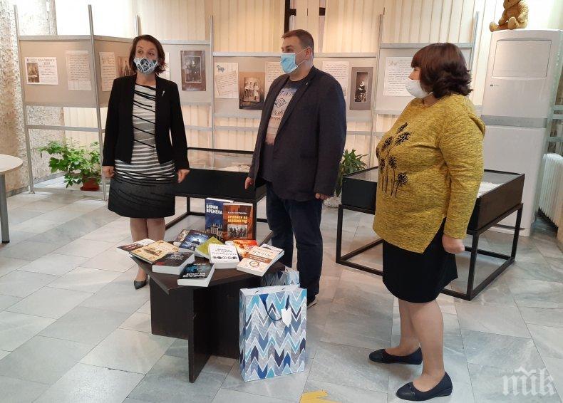 БУДИТЕЛИТЕ: Емил Радев отново дари книги на варненската библиотека
