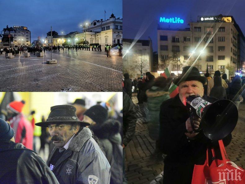Йоло Денев, Дионисий и Румен Запалката поведоха протест от 50 човека без маски (СНИМКИ)