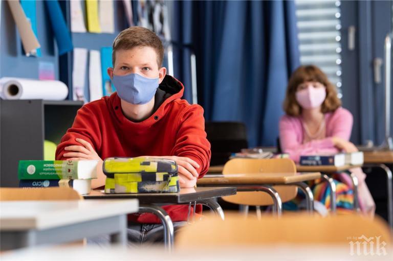 Учениците в Гърция се завръщат в клас след задължително самотестване за COVID-19