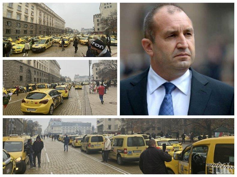 САМО В ПИК: Румен Радев задръсти центъра на София! Стотици таксиджии протестират срещу ветото на неадекватния президент (СНИМКИ)
