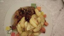 Шпиковани пилешки бутчета с гарнитура от чеснови картофи с розмарин