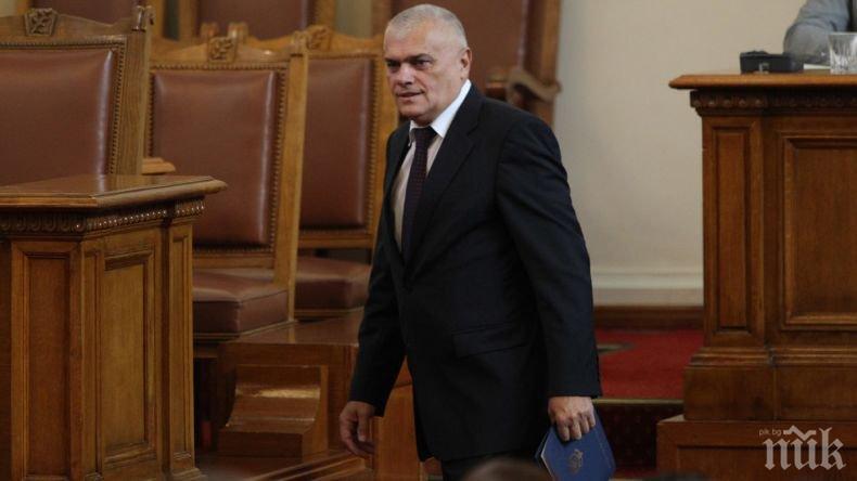 ГОРЕЩО В ПИК: Депутат от ГЕРБ прокара нов тренд в маските срещу COVID-19 в парламента - БСП извън модата и пак хитреят (СНИМКИ)