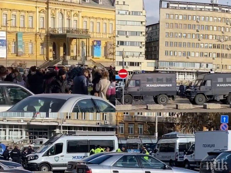 Мармалад в центъра на София! Тълпи с маски и без маски се вият на опашки. Стотици полицаи пък охраняват  протест, който го няма (ВИДЕО/СНИМКИ)