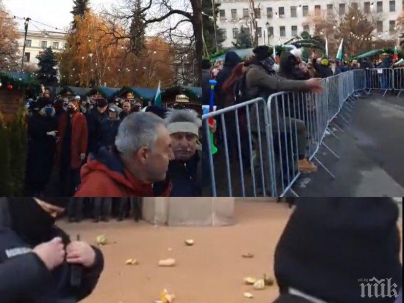 Майките на Манолова нахлуха на коледния базар - обиждат хората, замерят полицаите с храна (СНИМКИ)