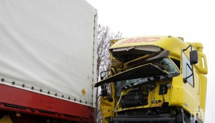 Два камиона се помляха след таран в Симеоновград