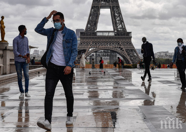 Препоръчаха минимум разговори на обществени места във Франция