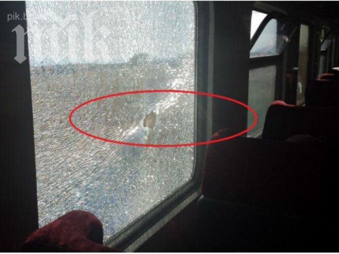 Вандали счупиха прозорец на влака София-Варна (снимка)