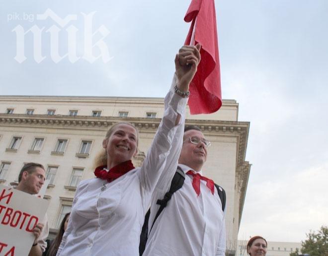Ивет Добромирова и Камен Алипиев - Кедъра станаха пионерчета и развяха червения флаг (снимки)