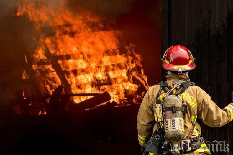 Мъж е с изгаряния след пожар в склад в Момчилград