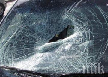 Мъж потроши колата на съседа си с бутилка