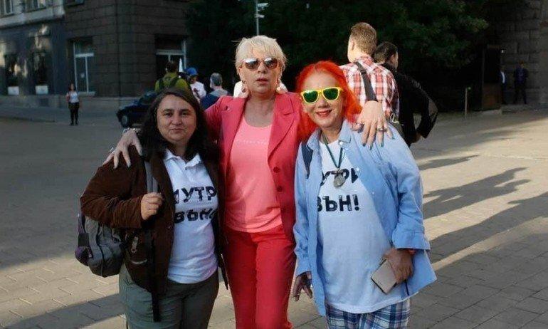 ПЪЛЕН ЦИРК: Протестърка на Манолова хукна да се ваксинира без... сутиен