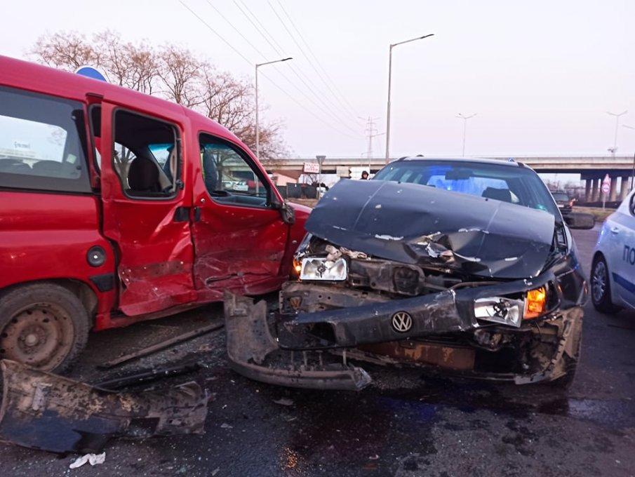 ИЗВЪНРЕДНО! Тежка катастрофа в Бургас, мъж е откаран в болницата