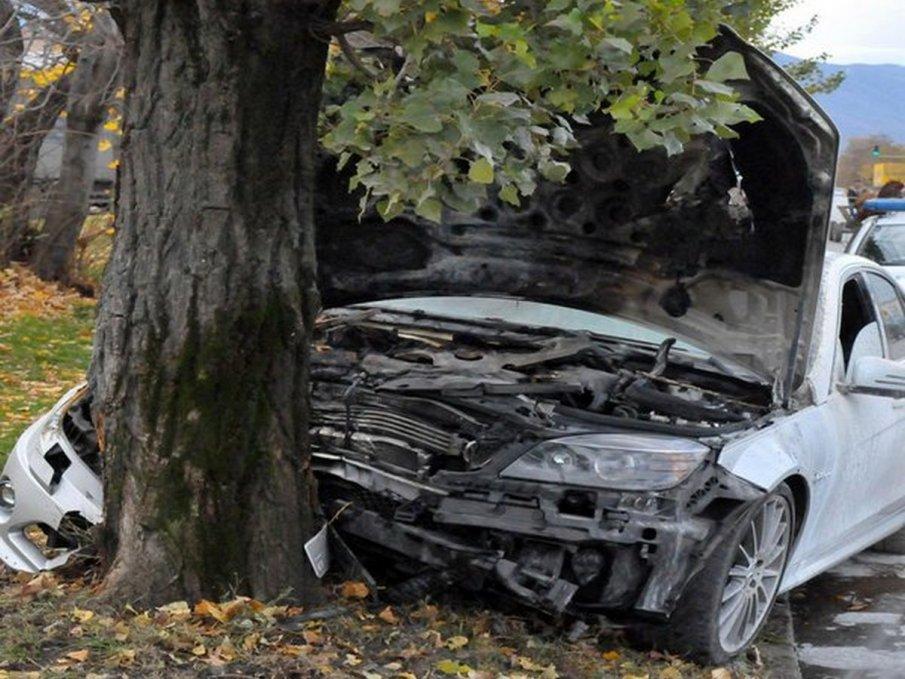 Хюндай се заби в дърво край Созопол, двама души се борят за живота си