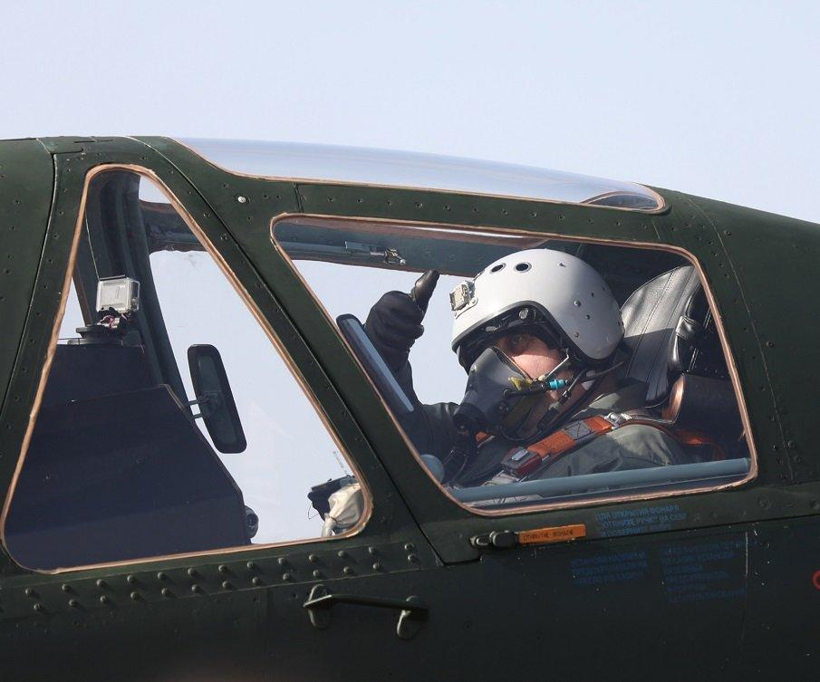 Каракачанов се качи на Су-25 (СНИМКИ)