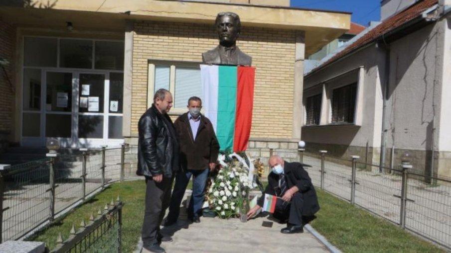 НАГЛА КРАЖБА: Изчезна българското знаме от паметника на Васил Левски в Босилеград