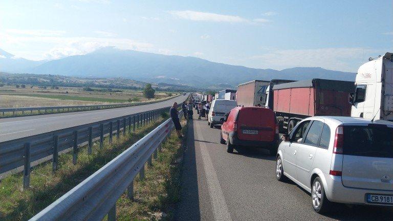 Камион пламна и затапи магистралата към Бургас