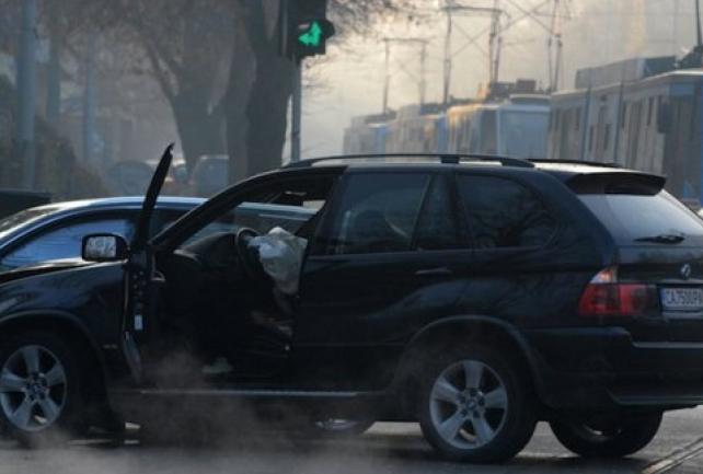 """Тежка катастрофа в София! БМВ се вряза в светофар недалеч от двореца """"Врана"""""""