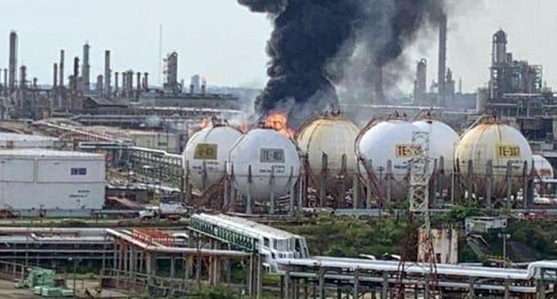 Седем пострадали при пожар в нефтопреработвателен завод в Мексико
