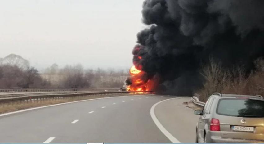 ИЗВЪНРЕДНО В ПИК: Горяща цистерна запуши магистрала Тракия! Ударила се е в ТИР и се е разцепила, единият шофьор е загинал (СНИМКИ/ОБНОВЕНА)