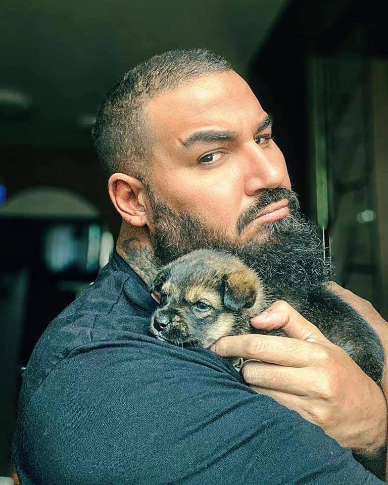 Азис дари наградата си от Капките на бездомни кучета
