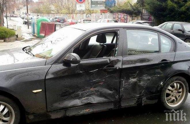 КАСКАДА: Мацка заби колата си в жилищна сграда във Варна