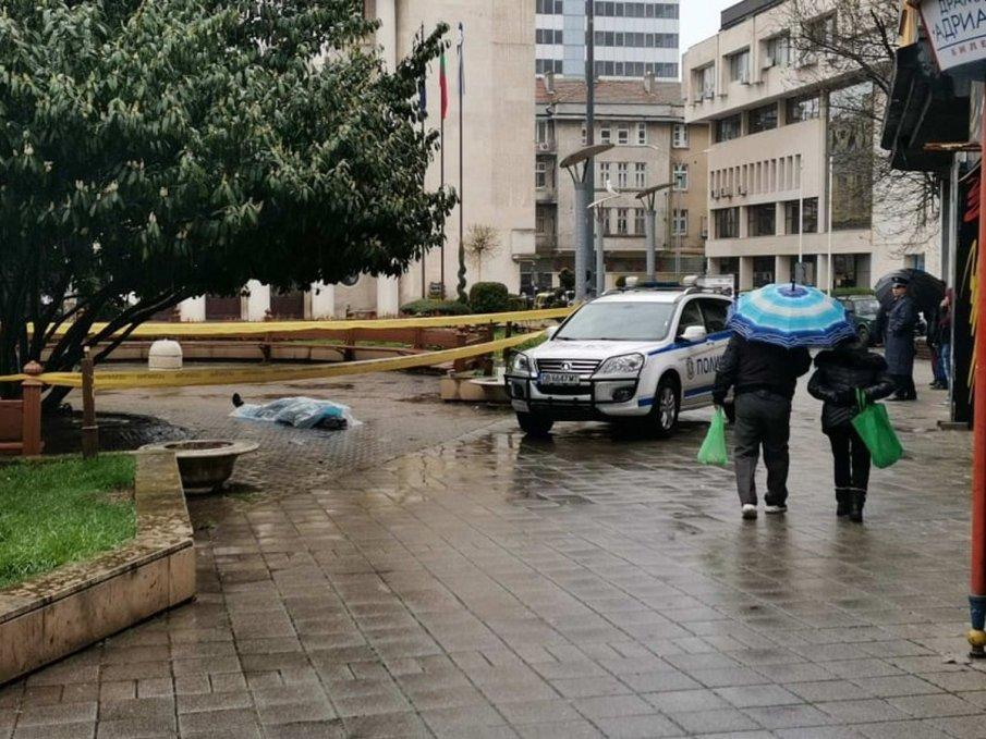 ИЗВЪНРЕДНО: Откриха труп в градинката пред общината в Бургас! Мъжът се спречкал с други двама минути преди това (ОБНОВЕНА/СНИМКИ)