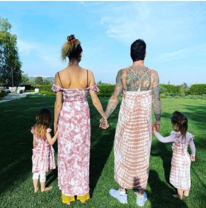 Адам Лавин облече рокля, снима се с дъщеричките си