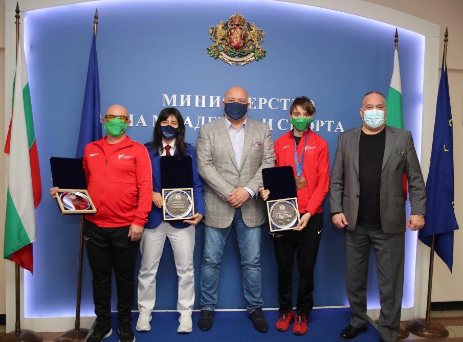 Министър Кралев награди Илина Иванова за бронзовия медал от Европейското първенство по таекуондо