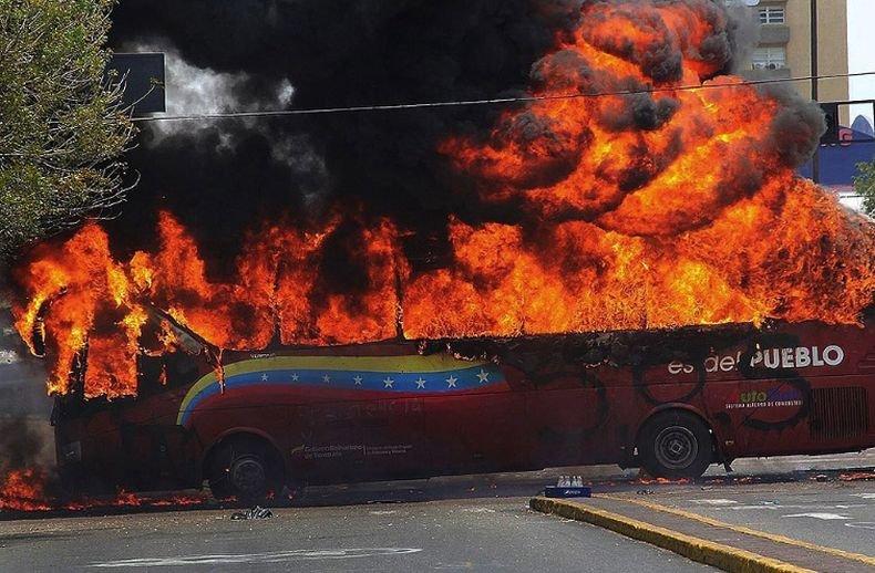 Петима загинали, след като двуетажен автобус се запали в Тайланд