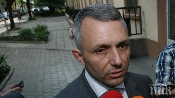 НАГЛОСТ: Адвокатът на Мутрите гази закона в парламента минути след клетвата си за депутат (СНИМКИ)