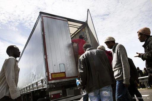 Заловиха 11 бежанци, натъпкани в камион край Монтана