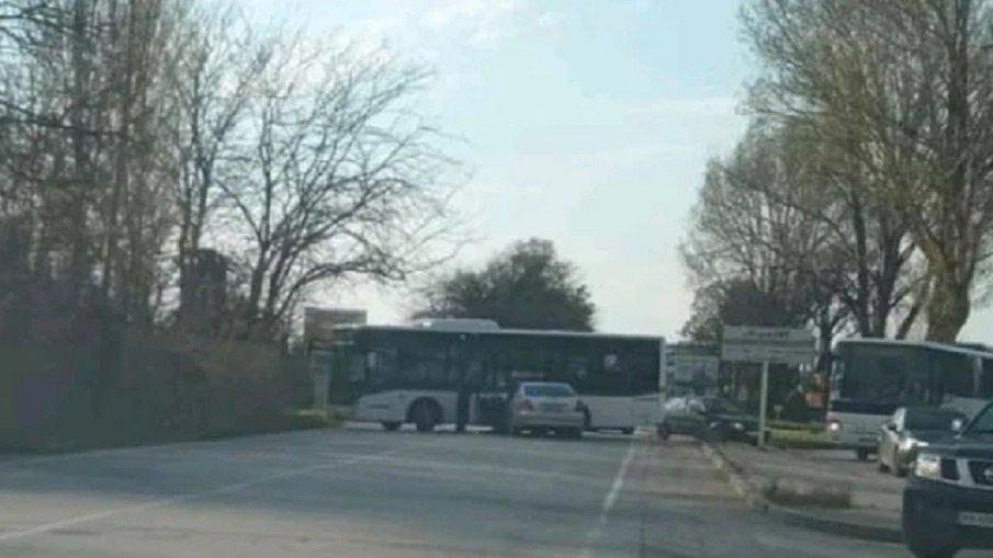 ЗРЕЛИЩНА КАТАСТРОФА: Мерцедес се заби в градски рейс в Пловдив (СНИМКИ)
