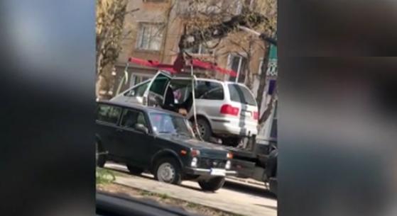 Паяк вдигна кола с дете в Плевен - автомобилът бил с много затъмнени стъкла