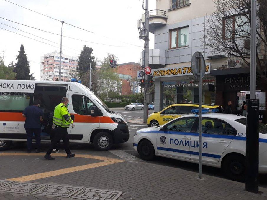 Полиция и линейка отведоха окървавен бургазлия, седял с разбита глава (СНИМКИ 18+)