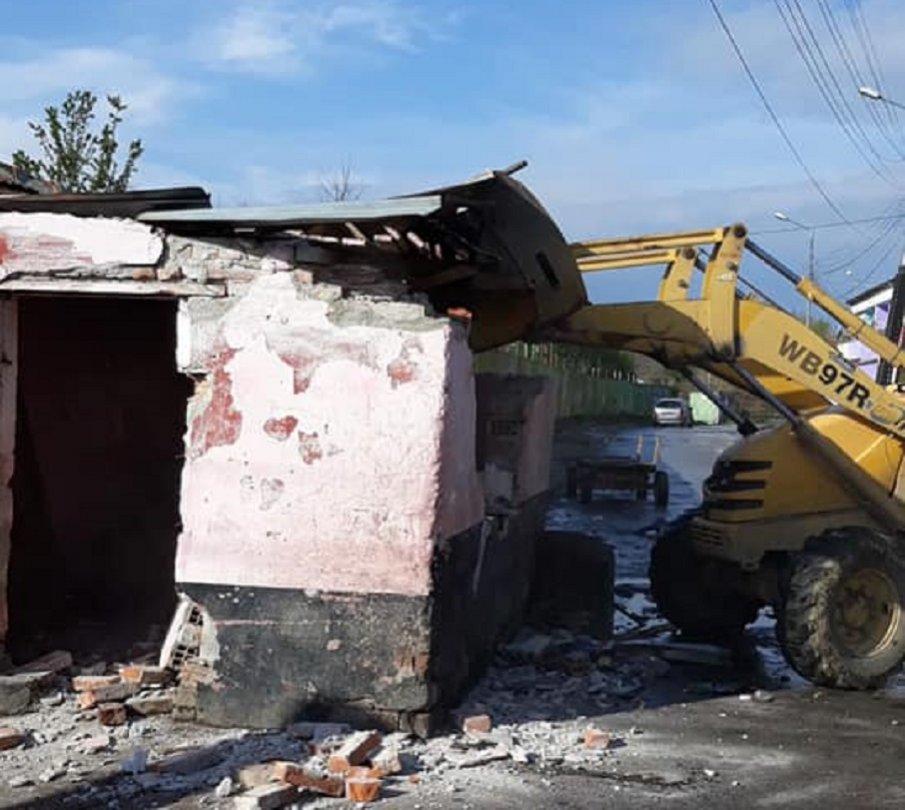 Багери разбутаха незаконни коптори, барикадирали цяла улица в Пловдив (СНИМКИ)