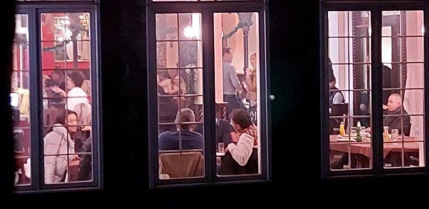 БОМБА В ПИК: Мая Манолова вдигна пир в Банско насред пандемията - над 100 души от агитката на мутрите купонясват извън закона (ВИДЕО/СНИМКИ)