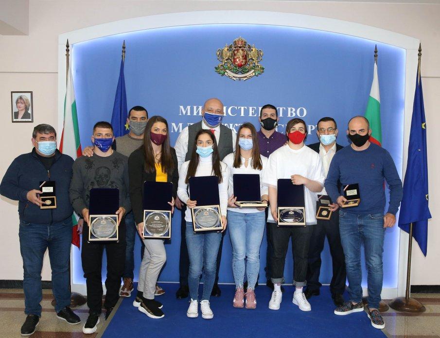 Министър Кралев награди медалистите от Европейското първенство по борба