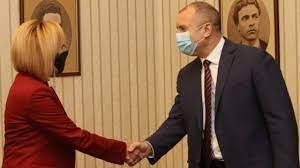 Мая Манолова забелязана в президентството - мълчи пред ПИК TV (ВИДЕО)