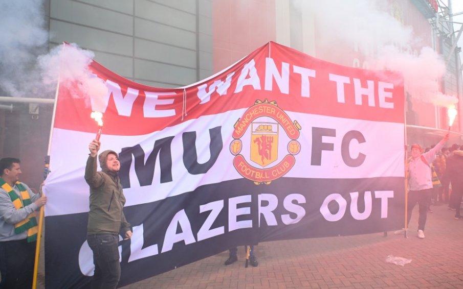 СУПЕР СКАНДАЛ НА ОЛД ТРАФОРД! Фенове нахлуха на стадиона преди мача с Ливърпул. Палят димки и крещят срещу собствениците (ВИДЕО)