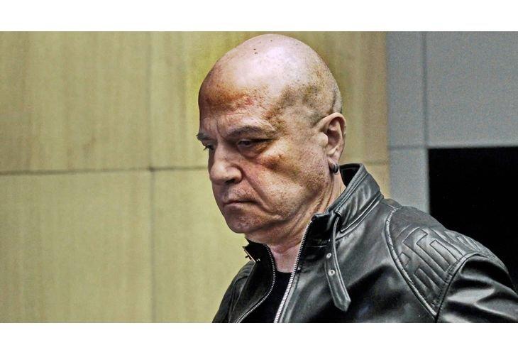 Слави Трифонов не ходи на работа като Пеевски, но и заплатата си не дарява - точи хазната и с болничен