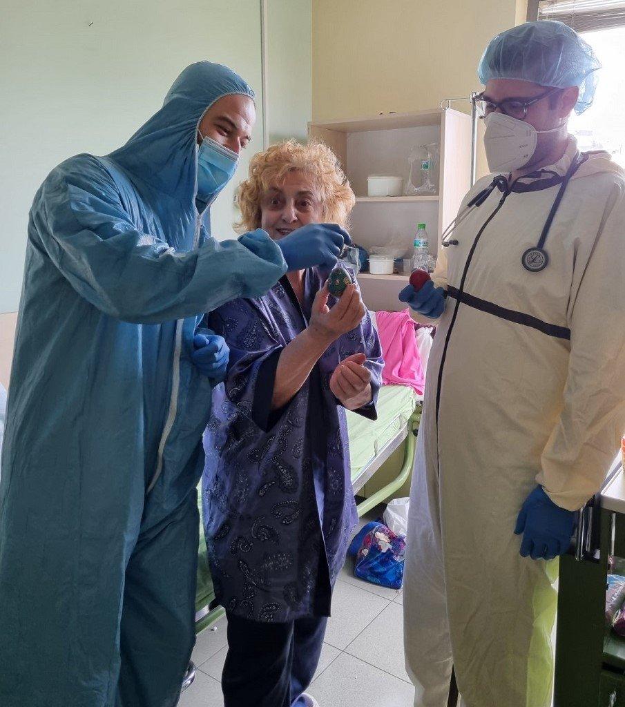 Неповторимият позитивен дух на Латинка Петрова радва лекарите от Софиямед по Великден (СНИМКИ)